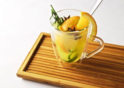 Hot lemonade met sinaasappel en dragon