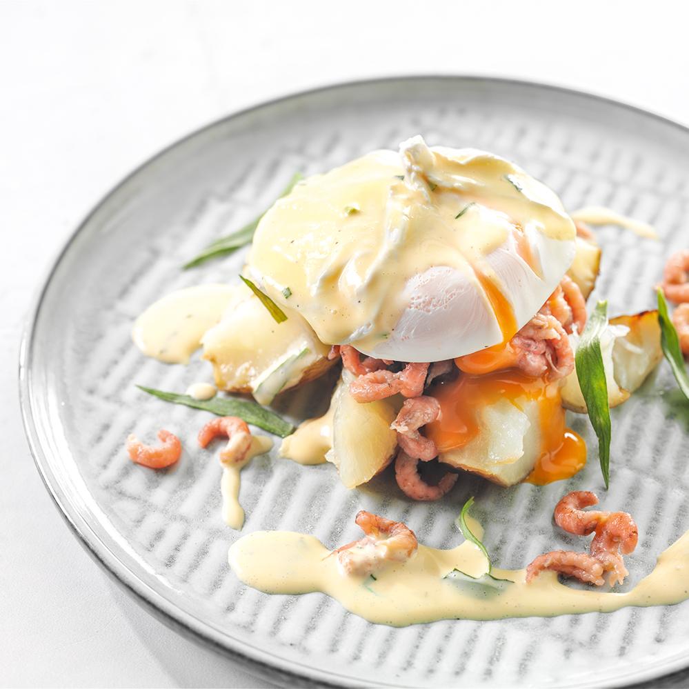 Geprakte aardpeer met gepocheerd ei, Hollandse garnalen en Hollandaise saus