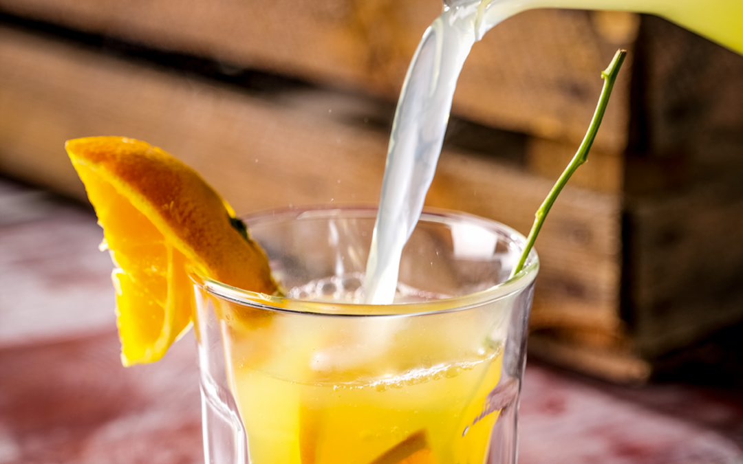 Hot lemonade met sinaasappel, munt en citroen