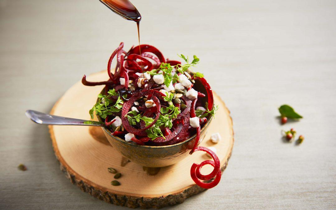 Salade met groentepasta rode biet, geitenkaas en balsamicosiroop