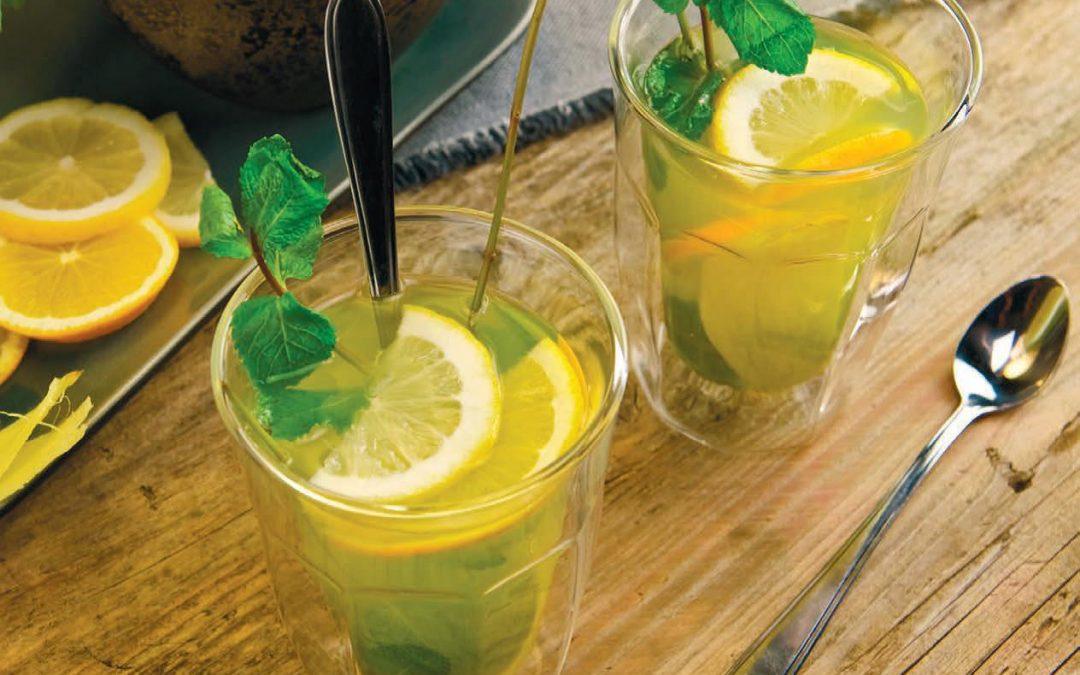 Hot lemonade met sinaasappel, verse munt en kardemom