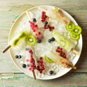 Waterijs met verse limonade en fruit