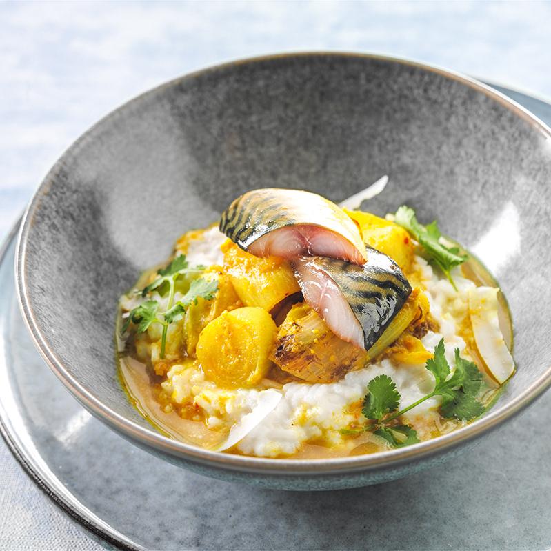 Curry van witlof met romige kokosrijst en gemarineerde makreel